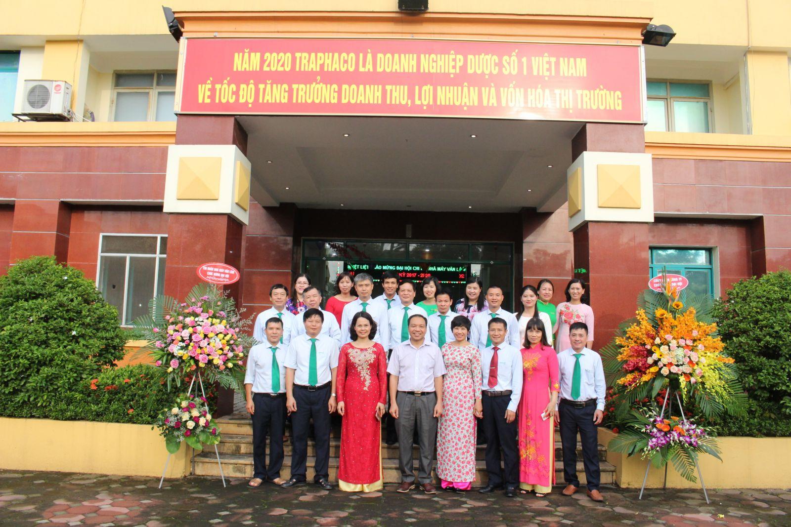 Ảnh lưu niệm: Khách mời và các Đảng viên Chi bộ nhà máy Văn Lâm