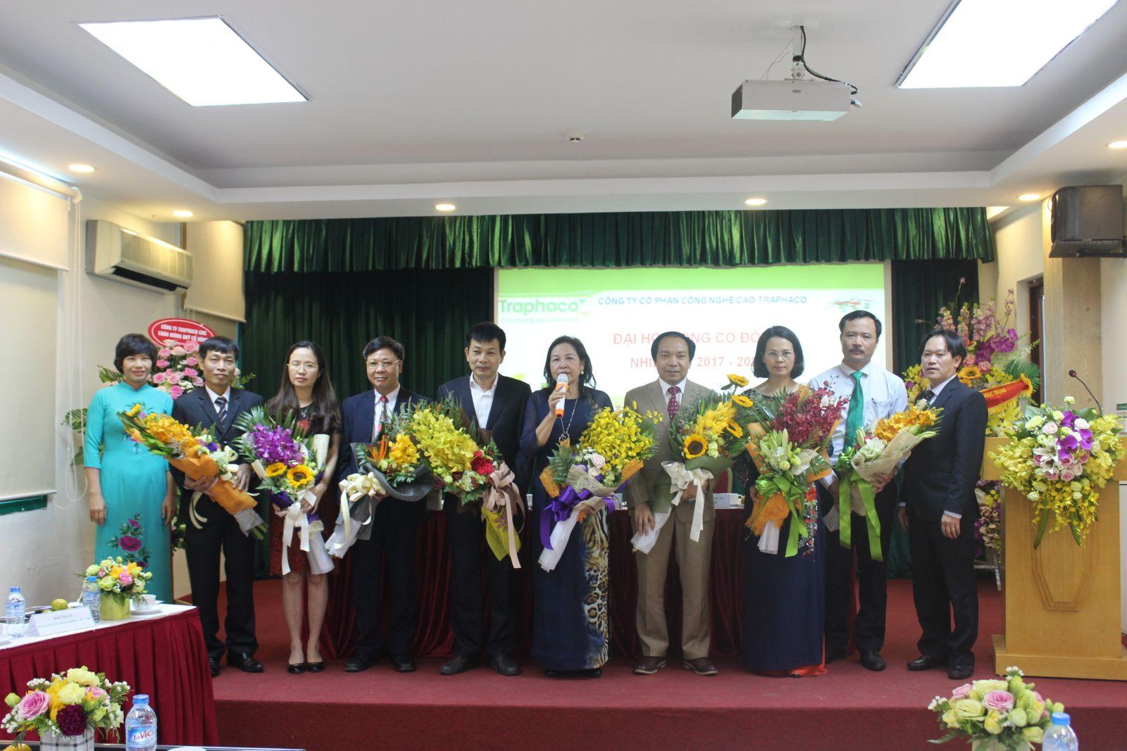 Ban giám đốc tặng hoa chúc mừng Hội đồng quản trị, Ban kiểm soát nhiệm kỳ 2017 - 2021